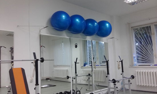 фитболы над зеркалами